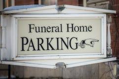 Beerdigungsinstitutparkzeichen lizenzfreie stockbilder
