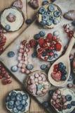 Beere Tartlets im Puderzucker Stockbild