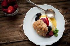 Beere und Zitrone Curd Shortcake Stockbilder