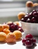 Beeren auf der Tabelle Stockfoto