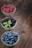 Beeren auf einem Holztisch Stockfotos