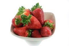 Beeren der Erdbeere im kleinen Teller Stockfotografie