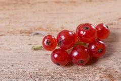Beeren der reifen roten Johannisbeere auf hölzernem Hintergrund Stockbilder