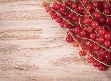 Beeren der reifen roten Johannisbeere auf hölzernem Hintergrund Lizenzfreie Stockbilder