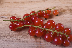 Beeren der reifen roten Johannisbeere auf hölzernem Hintergrund Stockbild