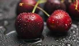 Beeren der süßen Kirsche mit Tropfen des Taus Stockfotografie