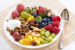 Beeren, Früchte, Nüsse und Granola zum ein gesundes Frühstück Lizenzfreie Stockfotos