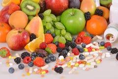 Beeren, Früchte, Vitamine und Ernährungsergänzungen stockfotos