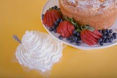 Beeren, Kuchen und gepeitschte Sahne Stockfotografie