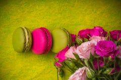 Beerenfrühlingsfarbmakronen-Lebensmittelhintergrund Lizenzfreies Stockfoto