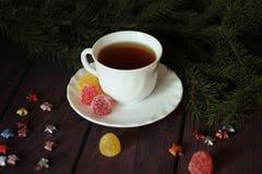 Beerengelee, Tee auf dunklem hölzernem Hintergrund Lizenzfreies Stockbild