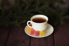 Beerenmarmeladen, Tee auf dunklem hölzernem Hintergrund Stockfotos