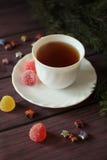 Beerenmarmeladen, Tee auf dunklem hölzernem Hintergrund Stockbilder