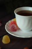 Beerenmarmeladen, Tee auf dunklem hölzernem Hintergrund Stockfotografie