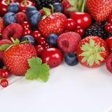 Beerenobst mit Erdbeeren, Blaubeeren, Kirschen auf Holz Lizenzfreies Stockfoto