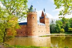 Beersel slott, Bryssel som reflekterar i floden Royaltyfria Bilder