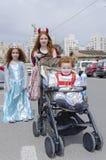 Beersheba, Israël 24 maart, - Kinderen in de Carnaval-kostuums van Purim op de straat van de stad Stock Foto
