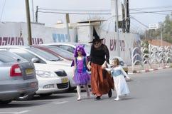 Beersheba, Israël 24 maart, Kinderen met hun moeder in de Carnaval-kostuums Stock Foto's