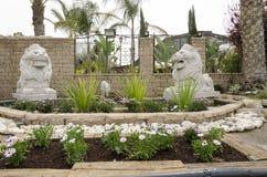 Beersheba, Israël 24 maart, Twee gebeeldhouwde leeuwen bij de ingang - Stock Afbeelding