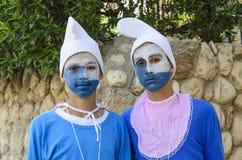 Beersheba, Israël 24 maart, Twee tieners in blauwe gnoomkostuums op Purim Royalty-vrije Stock Afbeelding