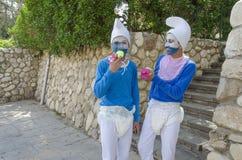 Beersheba, Israël 24 maart, Twee tieners in blauwe gnoomkostuums op Purim Royalty-vrije Stock Foto's
