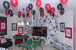 Beersheba, Israël 24 maart, Zaal voor een partij in de stijl van een casino met scharlaken en zwarte ballons en een lijst Stock Foto
