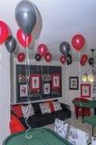 Beersheba, Israel 24 de março, sala para um partido ao estilo de um casino com os balões de escarlate e de preto e uma tabela Fotografia de Stock