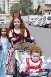 Beersheba, Izrael, 2016 - dzieci w karnawałowych kostiumach na ulicie purim Obrazy Stock