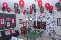 Beersheba, Izrael Maszeruje 24, pokój dla przyjęcia, w stylu kasyna z balonami i stołem szkarłata i czerni Obrazy Stock