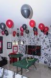 Beersheba, Izrael Maszeruje 24, pokój dla przyjęcia, w stylu kasyna z balonami i stołem szkarłata i czerni Obraz Royalty Free