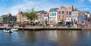 Beestenmarkt fyrkant från kanalen i Leiden, Nederländerna Royaltyfri Bild