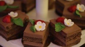 Beet gerangschikte snack voor huwelijkspartij cupcakes Verbazende chocoladecakes en cupcakes Chocoladekaramel cupcake met noten stock video