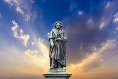 Beethovenmonumentet på Munsterplatzen i Bonn Royaltyfri Foto
