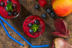 Beetroot, jabłko, imbir i jagody smoothie, zdjęcie royalty free