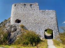 Befästning av maingaten av det Cachtice slottet royaltyfri fotografi