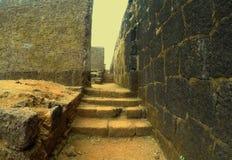 Befästningar av det Raigad fortet och inre arkivbild