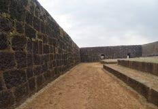Befästningar av det Raigad fortet och inre royaltyfria bilder