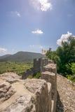 Befästningar på väggarna av Ston med flaggan Arkivfoto