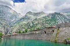 Befästningvägg av staden Kotor Arkivfoton