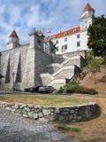 Befästningvägg och trappa av det Bratislava slottet Royaltyfria Bilder