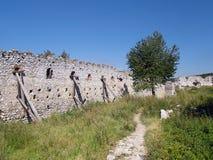 Befästningvägg på slotten av Cachtice Arkivbilder