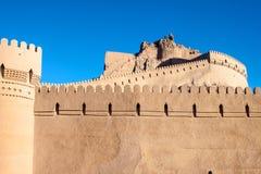 Befästningväggar av den forntida citadellen av Bam arkivfoton