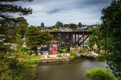 Befördern Sie Brücke über Soquel-Nebenfluss in Capitola, Kalifornien mit dem Zug Stockfoto