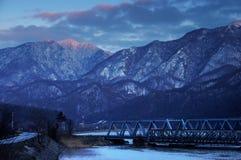 Befördern Sie Brücke durch die Karpatenberge mit dem Zug und durch das Olt-Tal überschreiten Stockbild