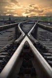Befördern Sie das Einsteigen in den Sonnenuntergang mit dem Zug Stockbild