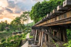 Befördern Sie den hölzernen Zweiten Weltkrieg der Struktur Geschichtsin Fluss kwai mit dem Zug Lizenzfreies Stockfoto
