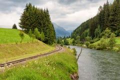 Befördern Sie entlang der Fluss MUR, Österreich, alpine Landschaft mit dem Zug Stockbild