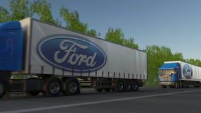 Befördern Sie halb LKWs mit Ford Motor Company-Logo, das entlang Waldweg fährt Redaktionelle Wiedergabe 3D Lizenzfreie Stockbilder