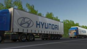 Befördern Sie halb LKWs mit Hyundai Motor Company-Logo, das entlang Waldweg fährt Redaktionelle Wiedergabe 3D Lizenzfreie Stockfotografie