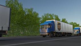 Befördern Sie halb LKWs mit Logo United Parcel Services UPS, das entlang Waldweg, nahtlose Schleife fährt Redaktionelles Klipp 4K stock video footage